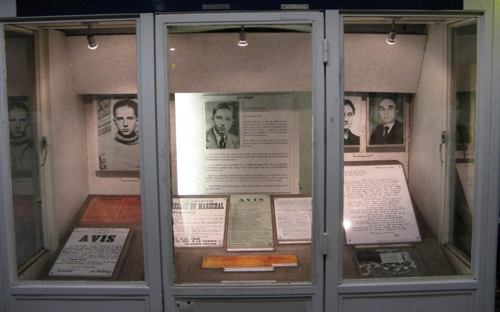 Herinneringsetalage in het metrostation met foto's, aanplakbiljetten en een kopie van Môquet's afscheidsbrief (rechts). Voor in het midden ligt het plankje waarop zijn laatste geschreven woorden te zien zijn: Les copains qui restez, soyez dignés de nous! Les 27 qui vont mourir. (foto: Flickr)