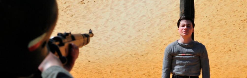 De executie van Guy Môquet in de film 'La mer a l'aube'. (foto: Provobis Film)