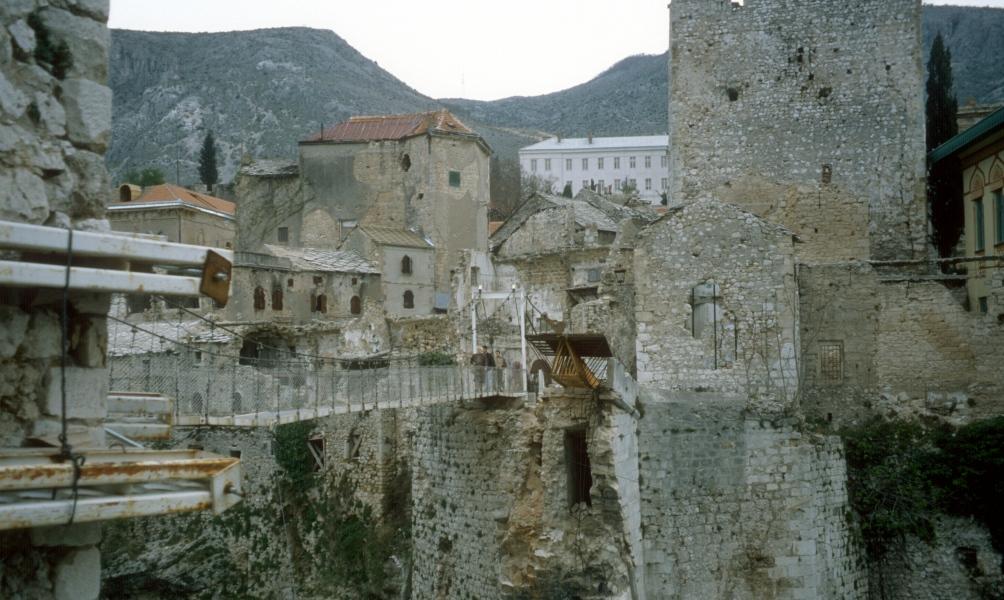Toen de oorlog afgelopen was werd er op de ruïnes van de oude brug tijdelijk een kabelbrug tussen beide oevers aangelegd.