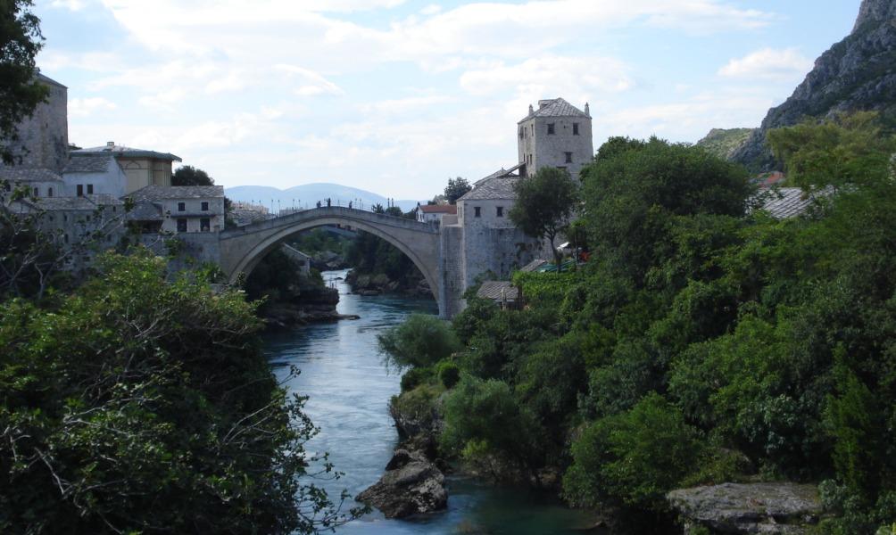 De herbouwde Stari Most: vooral een symbolische brug tussen het Bosnische en het Kroatische deel van Mostar. (Foto: Herman Meek)