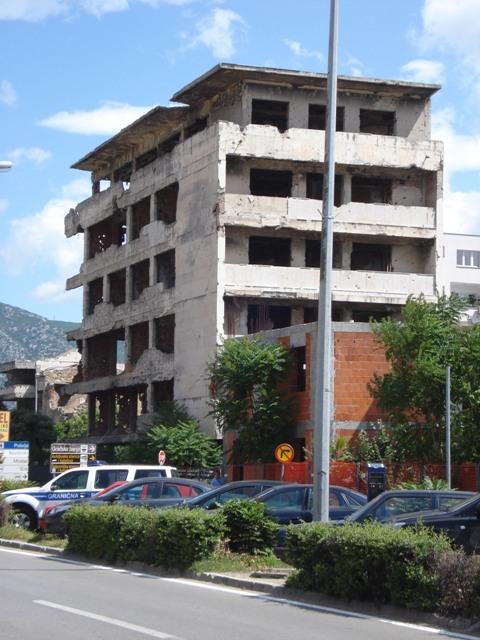 Gedurende de oorlog in Bosnië-Herzegovina werd een groot deel van Mostar verwoest. Twintig jaar later  zijn in Mostar nog steeds de lidtekens van die oorlog te zien. (Foto:  Harmen Meek)