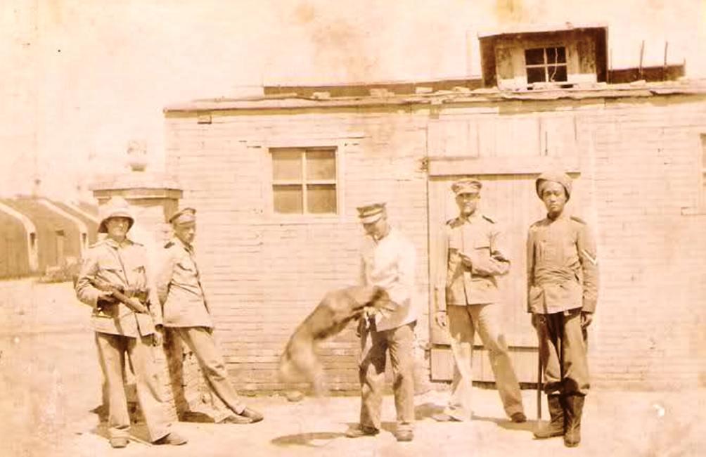 Een foto uit 1900, genoment tijdens de Boxeropstand. Een groepje soldaten poseert in de net ingenomen stad Qingdao (foto: Wikimedia).
