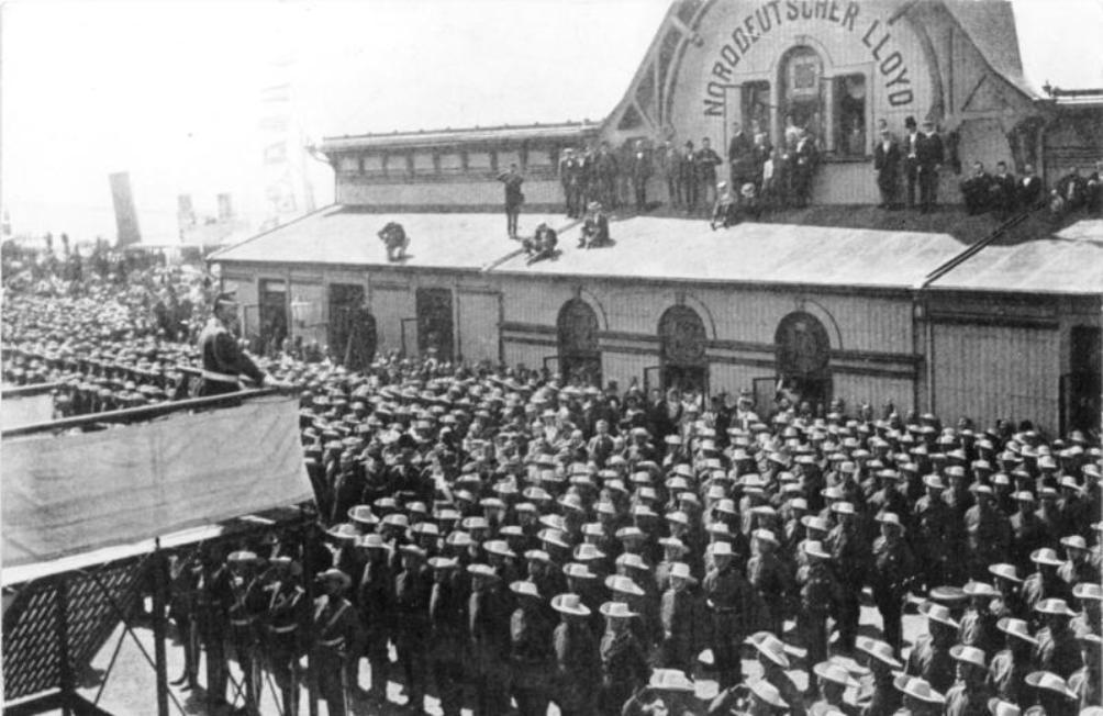 Keizer Wilhelm II kijkt uit over zijn manschappen terwijl hij in 1900 te Bremerhaven zijn beroemde speech geeft (foto: Wikimedia).
