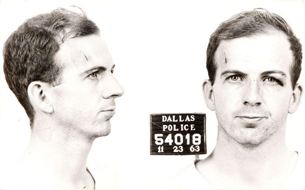 Politiefoto van Lee Harvey Oswald na zijn arrestatie in 1963 (foto: Wikimedia).