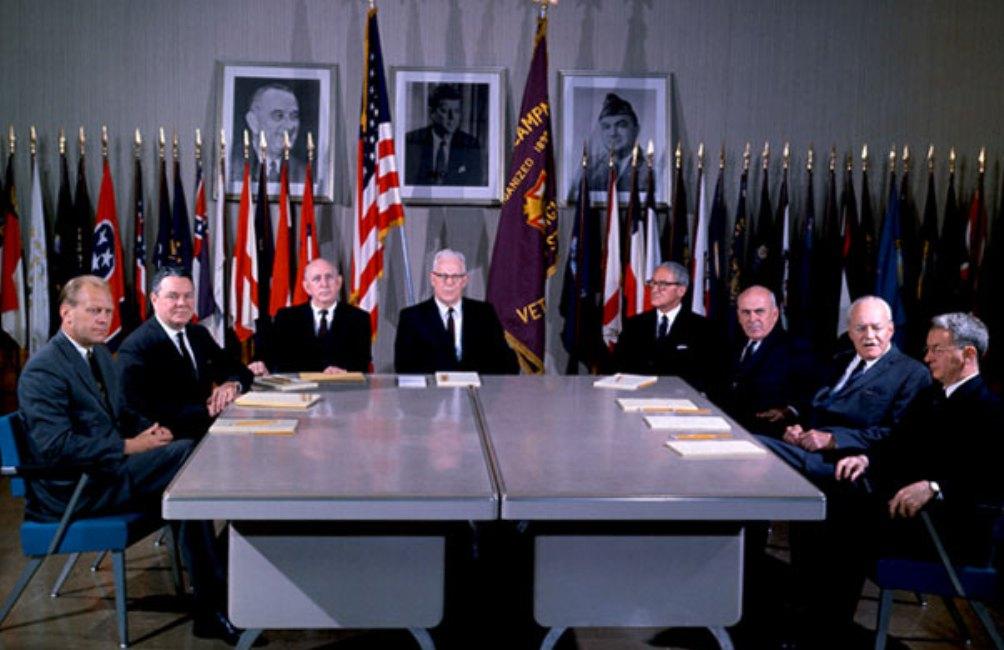 De Warren Commissie bijeen. Van links naar rechts: Gerald Ford, Hale Boggs, Richard Russell, Earl Warren, John Cooper, John McCloy, Allen Dulles en J. Lee Rankin (foto: Bettmann/CORBIS).