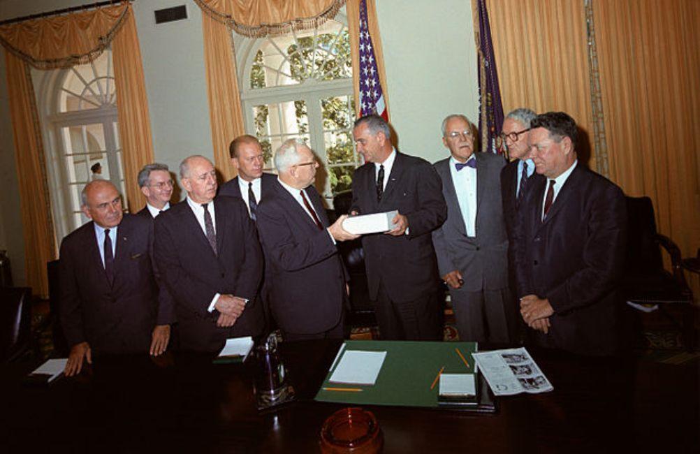 De Warren Commissie presenteert aan president Johnson haar rapport. (foto: Wikimedia)