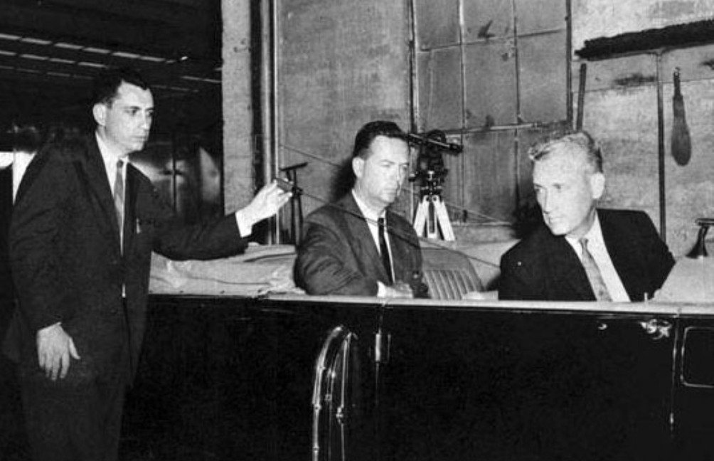Onderzoekers van de Warren Commissie proberen de baan van de single-bullet te reconstrueren, waarbij de twee mensen in de auto zitten op de posities waar Kennedy en Connally zaten toen zij geraakt werden (foto: wikimedia)