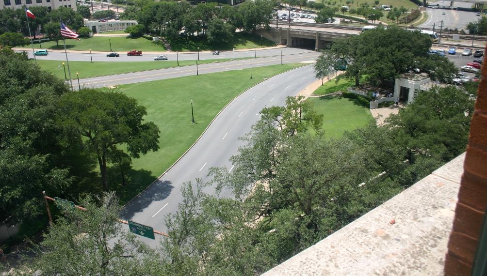 Zicht vanuit het raam vanwaar Oswald geschoten zou hebben. (foto: Wikimedia)