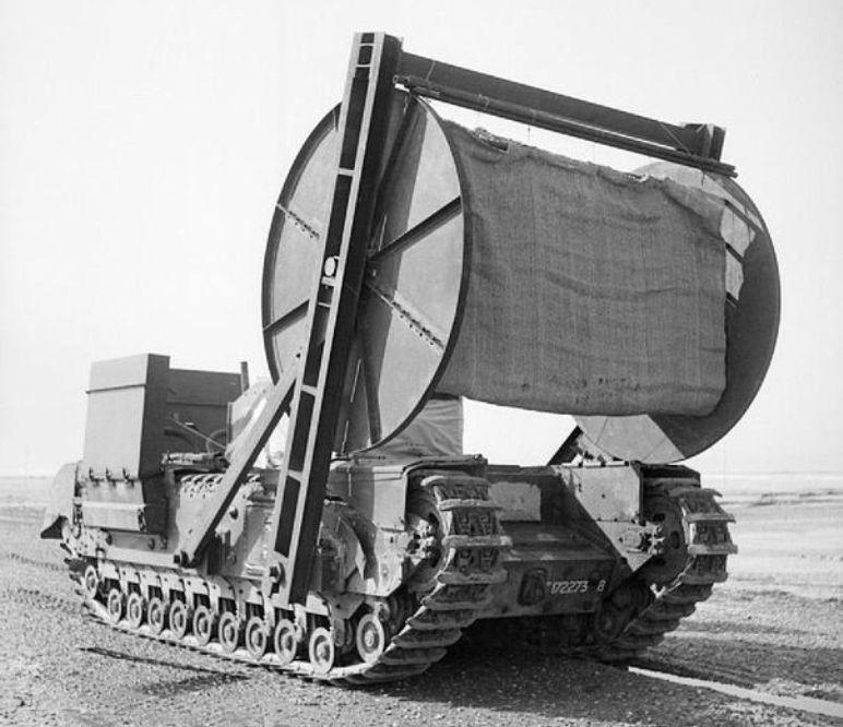 Een voorbeeld van een Bobbin-tank, een voertuig dat matten over het zand aan kon leggen om er niet in weg te zakken tijdens de invasie. (foto: Wikimedia)