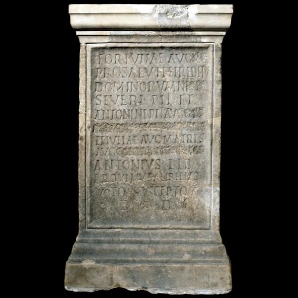 De stèle van Antonius in het British Museum. Op regel zes en acht zijn de namen van Geta en Plautilla, de vrouw van Caracalla, uitgewist. (foto: British Museum/ Townley Collection)