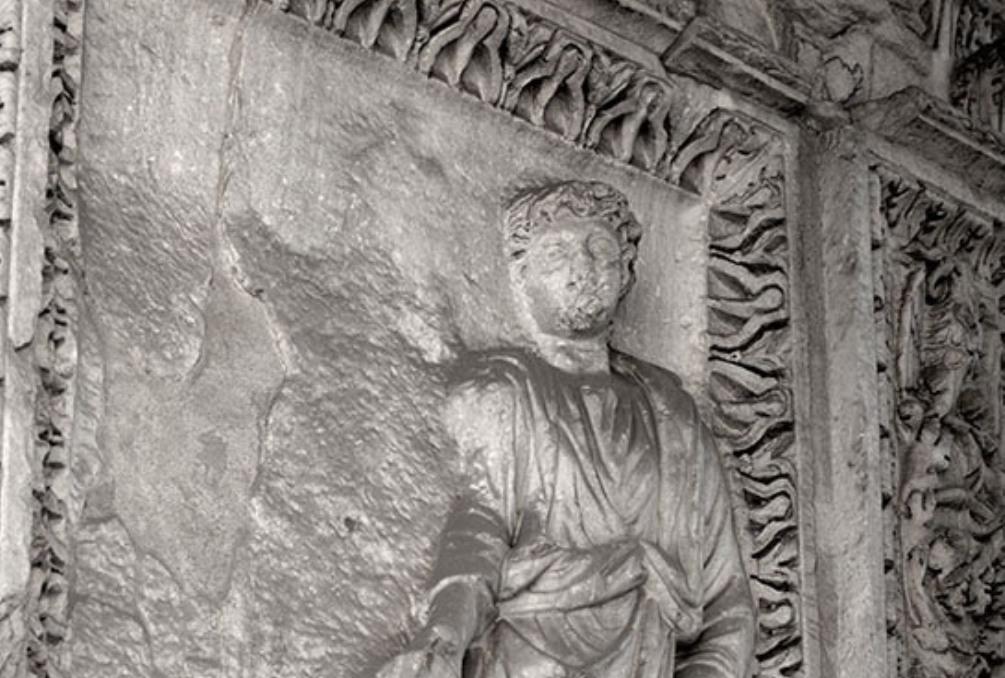 Op de ereboog van de geldwisselaars (204 n. Chr., Arcus Argentariorum) in Rome staat Caracalla afgebeeld. Met naast hem een weggebeitelde figuur waarvan gedacht wordt dat hier, voor de damnatio memoriae, Plautilla afgebeeld moet zijn geweest (foto: William Storage).
