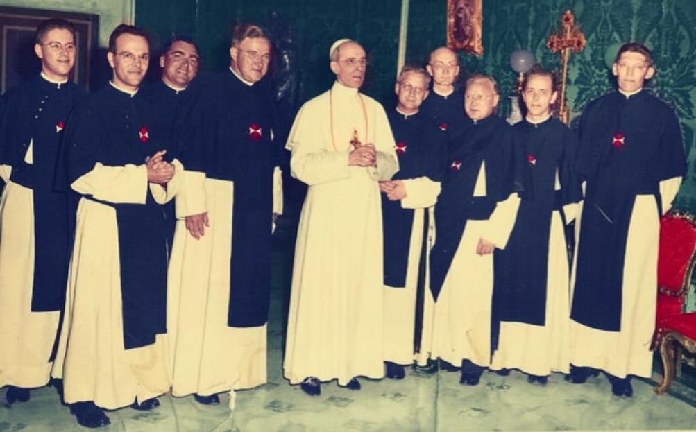 Nederlandse kruisheren uit Uden, met in het midden paus Pius XII.