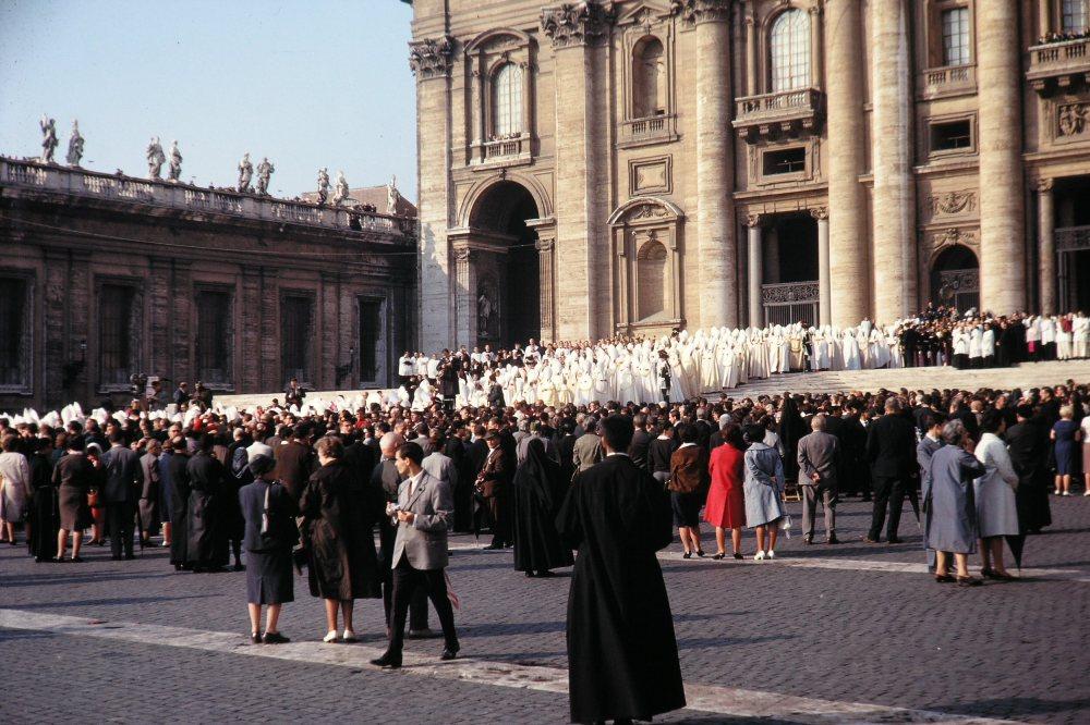 De Concilievaders betreden in processie de Sint-Pietersbasiliek bij de opening van het Concilie.