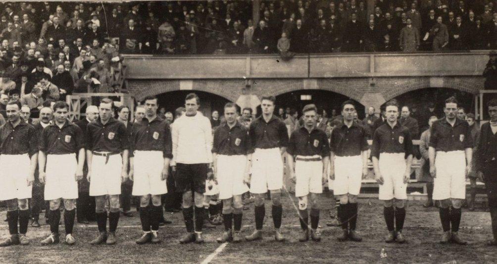 Nederlands elftal op 29 april 1923 in het Stadion te Amsterdam. (foto: Wikimedia)