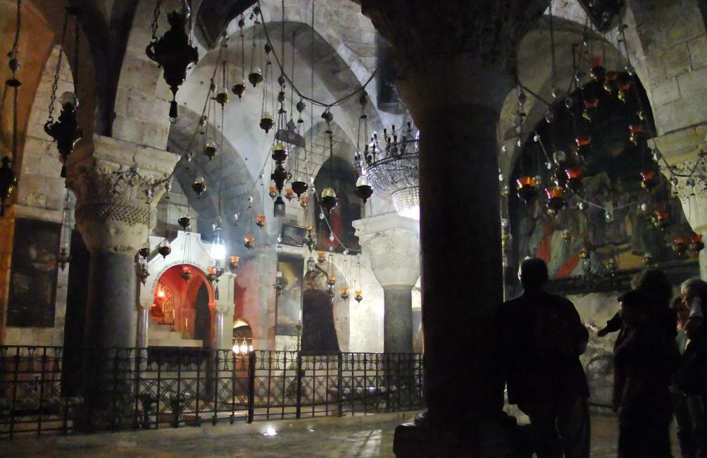 Een blik in de Heilig Grafkerk in Jeruzalem. Op deze locatie zou Jezus gestorven en begraven zijn (foto: Wikimedia)