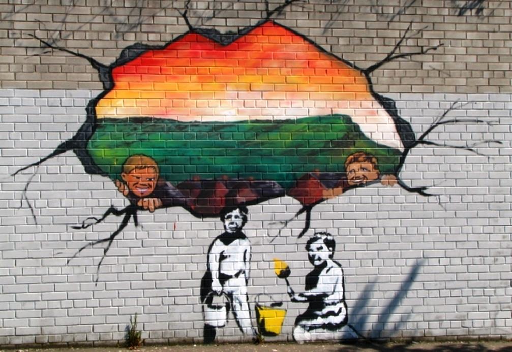 De mural bevindt zich in Northumberland Street, vlakbij de 'peaceline' met Shankill Road.
