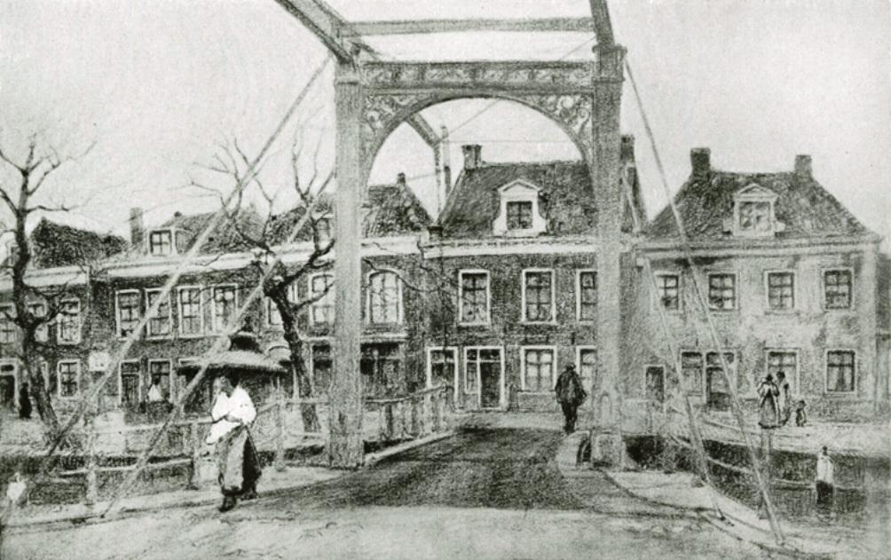 Direct achter de brug staat het geboortehuis van Pieter Jelles Troelstra in Stiens. Dit huis is nu niet meer te zien, in 1941 werd hier een nieuw pand gebouwd. (foto: Flickr: IISG)