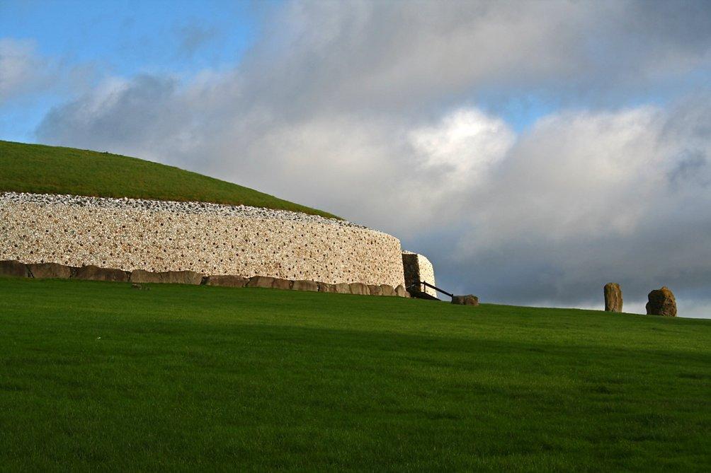 De graftombe van Newgrange (Foto: Wikimedia)