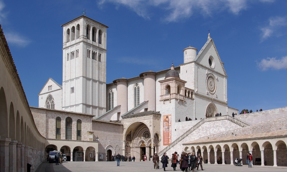 De San-Francesco-kerk te Assisi. Deze kerk werd in de dertiende eeuw op het graf van de heilige Franciscus gebouwd.