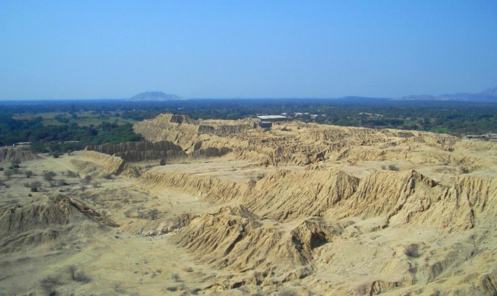 De piramides van Tucume in Peru, door sterke erosie veranderd in een idyllisch heuvellandschap. (foto: Wikimedia)