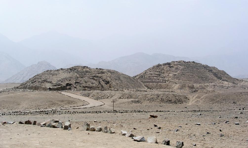 Een van de zes piramiden van Caral in Peru. Ieder van de zes piramiden heeft een eigen stijl.