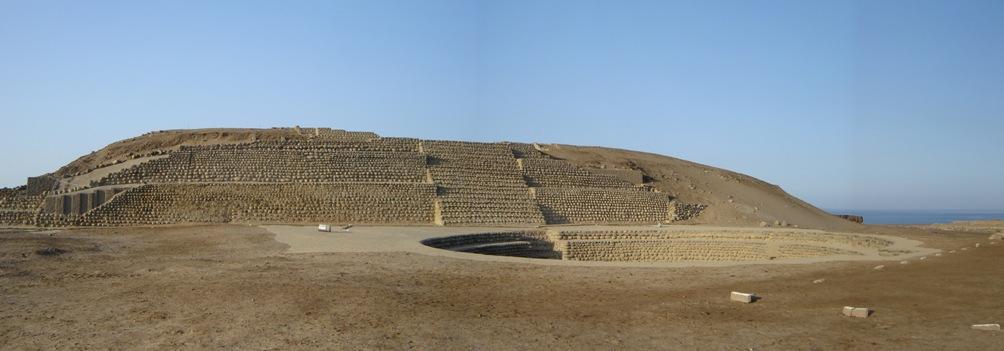 Tempel op de archeologische site Bandurria, in Peru. Deze tempel heeft een platform aan de top van de piramide, en een laag gelegen, cirkelvormig voorplein – een plaza hundida. (foto: Wikimedia)