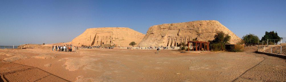 Abu Simbel, links op de foto, en de naastgelegen tempel van Nefertari, zijn tegenwoordig veilig voor het water. (foto: Wikimedia)