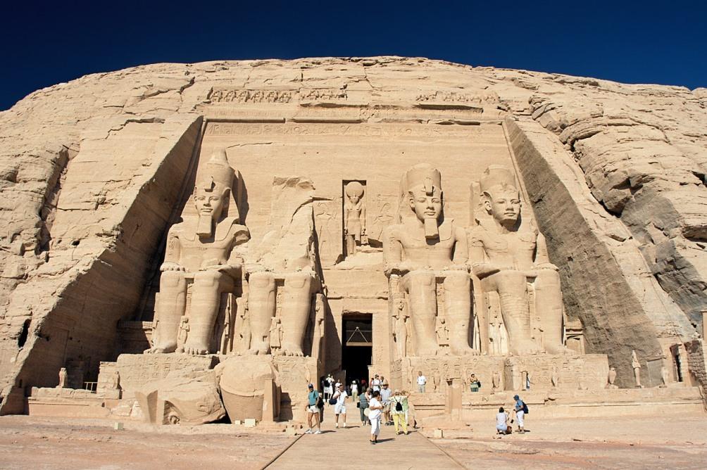 De tempel van Abu Simbel met vier imposante beelden van Ramses II. (foto: Wikimedia)