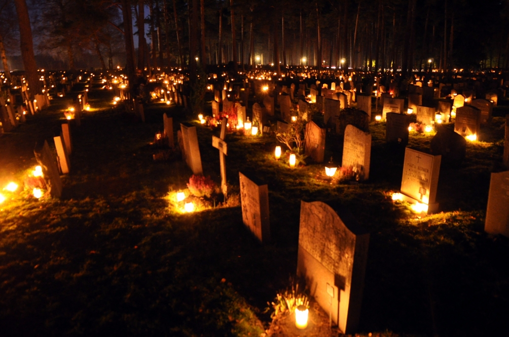 Begraafplaats in Zweden wordt tijdens Allerzielen verlicht door kaarsen. (foto: Wikimedia)