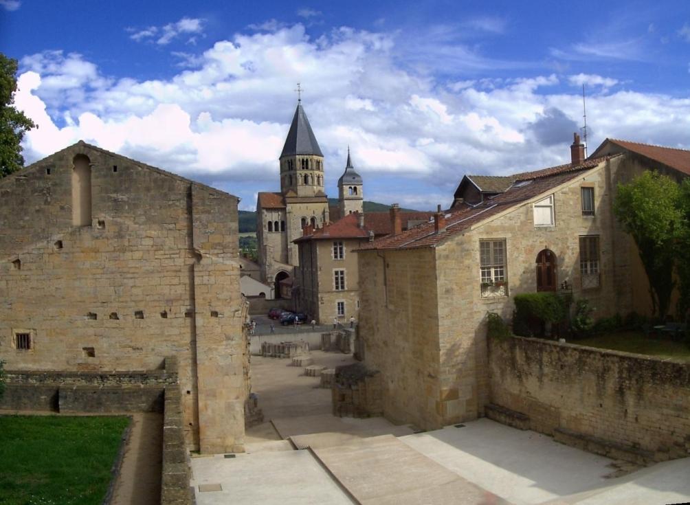 Het Benedictijner klooster in het Franse Cluny, alwaar abt Odilo in 998 Allerzielen gesticht zou hebben. (foto: Wikimedia)