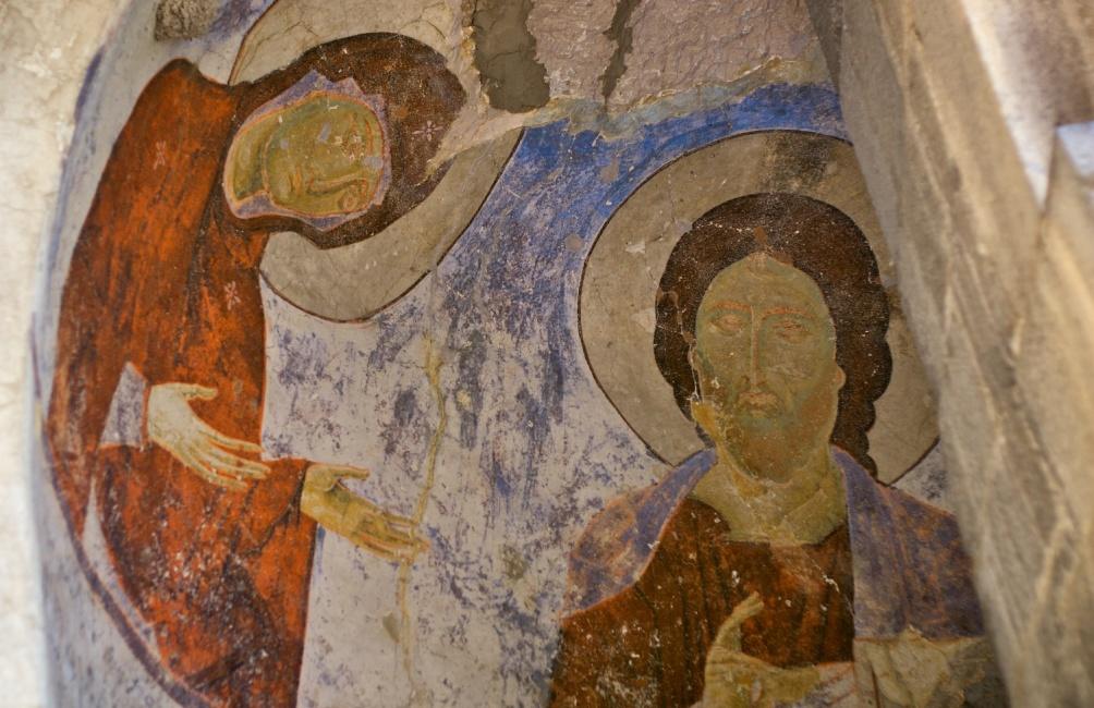 Een detail uit een fresco in het voorportaal (rechts) van het grottenklooster van Vardzia. (foto's Wikimedia)