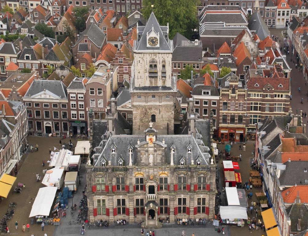 Zicht op het stadhuis van Delft, met daar achter de toren Het Steen. (foto: Wikimedia)