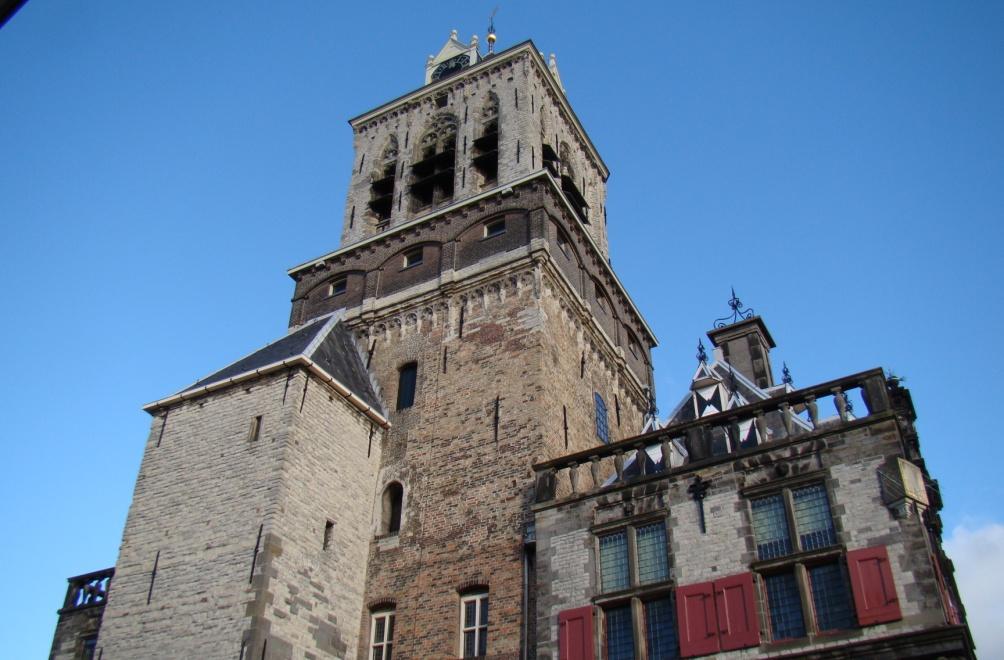 Het huidige stadhuis van Delft met daarachter de toren Het Steen