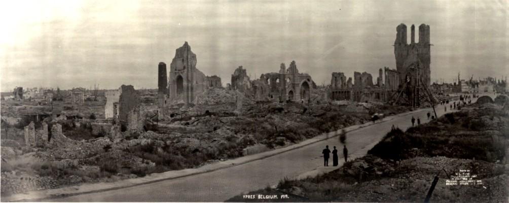 Panoramische foto uit 1919 waarop goed zichtbaar is hoezeer Ieper geleden heeft onder het oorlogsgeweld van de Eerste Wereldoorlog. (foto: Wikimedia)