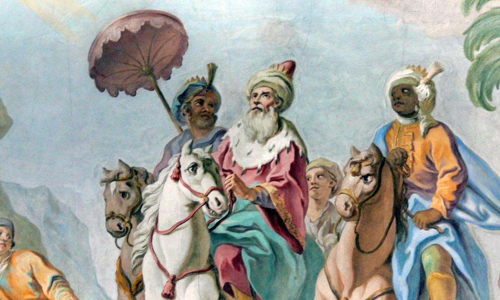 Op deze Rococo fresco uit de abdijkerk van Windberg is het uiterlijk van de drie koningen duidelijk herkenbaar. Links zien we Balthasar uit Azië, in het midden de Europeaan Melchior en rechts Caspar, de Afrikaanse koning. (foto Wikimedia)