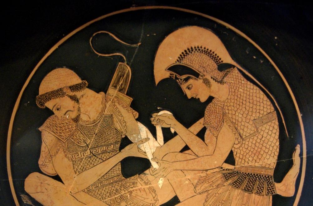 Attische drinkschaal (kylix), waarop is afgebeeld hoe Achilles zijn vriend Patroklos verbindt, nadat die is getroffen door een pijl.