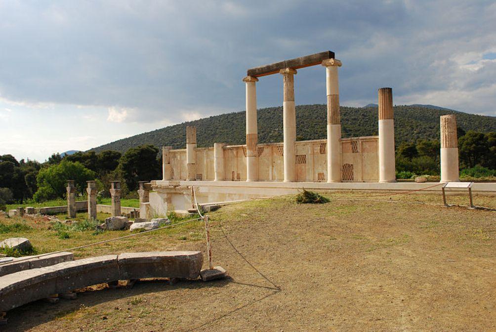Het abaton van Epidaurus. Dit was een gebouw met een zuilengalerij waar zieken heen gingen om beter te worden. (foto: Wikimedia)