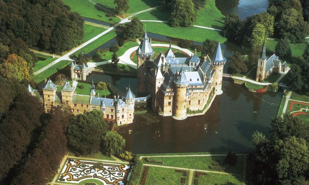 Luchtfoto van kasteel de Haar.