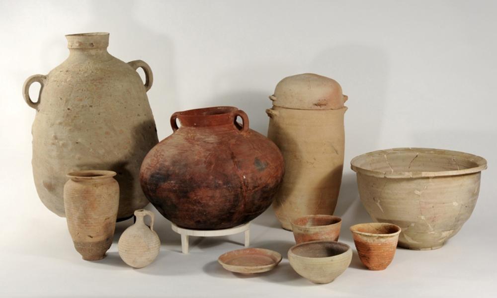 Aardewerken bord, kom, drinkbeker, vaas, kan, kannetje, kookpot en voorraadkruik uit Qumran, eerste eeuw v. Chr. – 68 n. Chr.. (foto/tekst: Drents Museum)