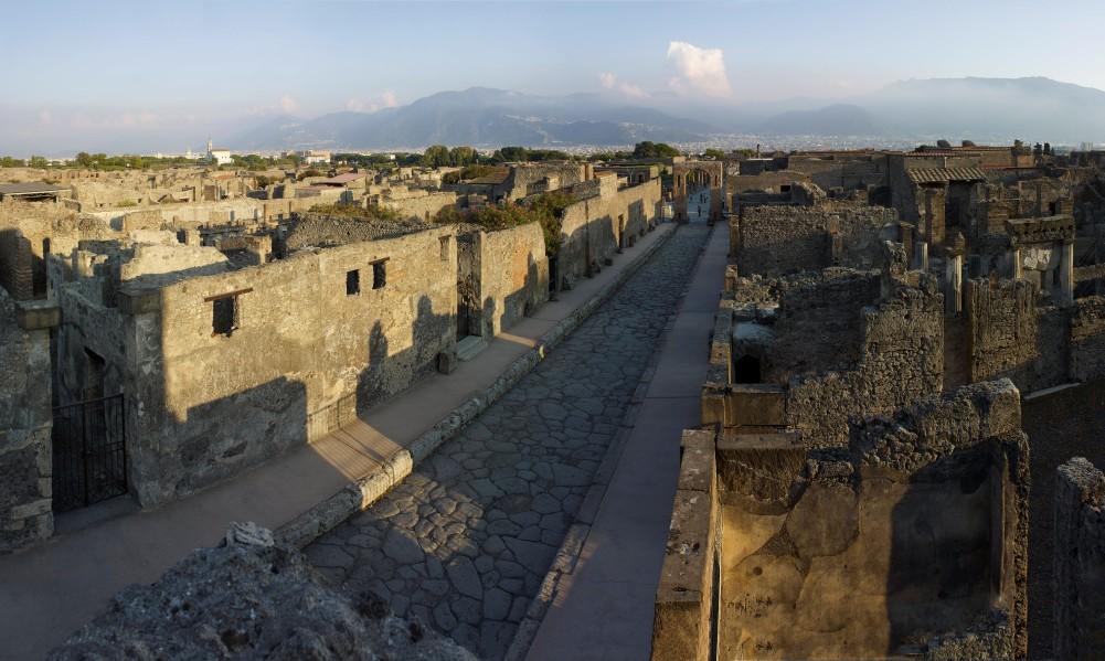 De opgravingen in Pompeii, met in de verte de Vesuvius. (Foto: British Museum)