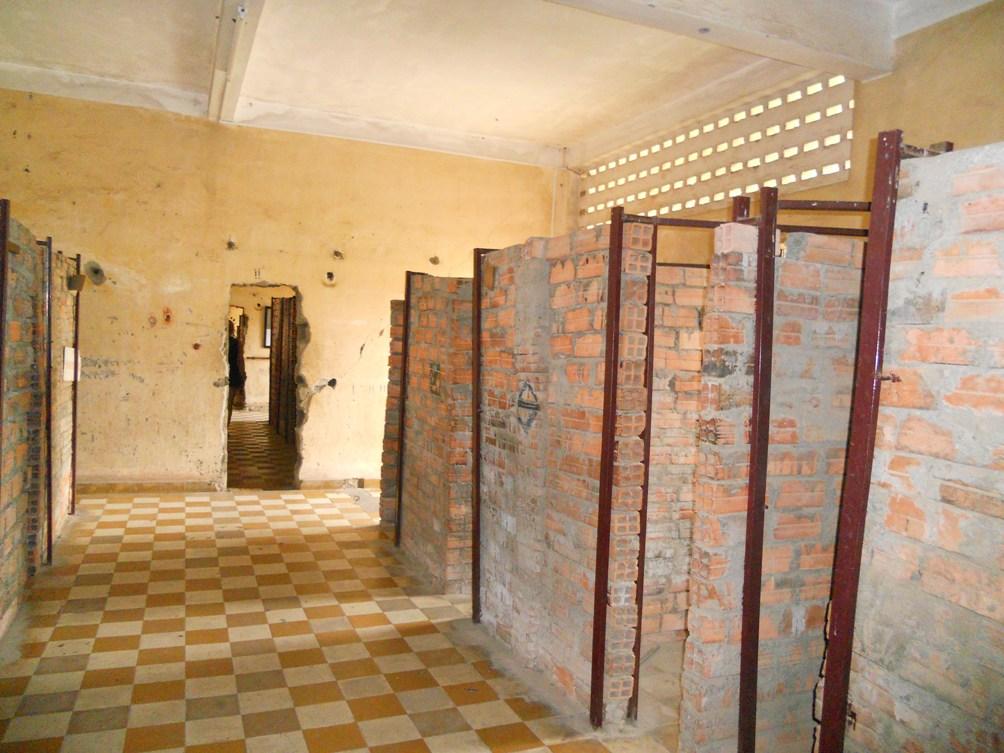 Kleine, hete cellen van ruw gemetselde baksteen in de voormalige klaslokalen met hun vrolijke gele en witte tegels. (foto: Rixt de Boer)
