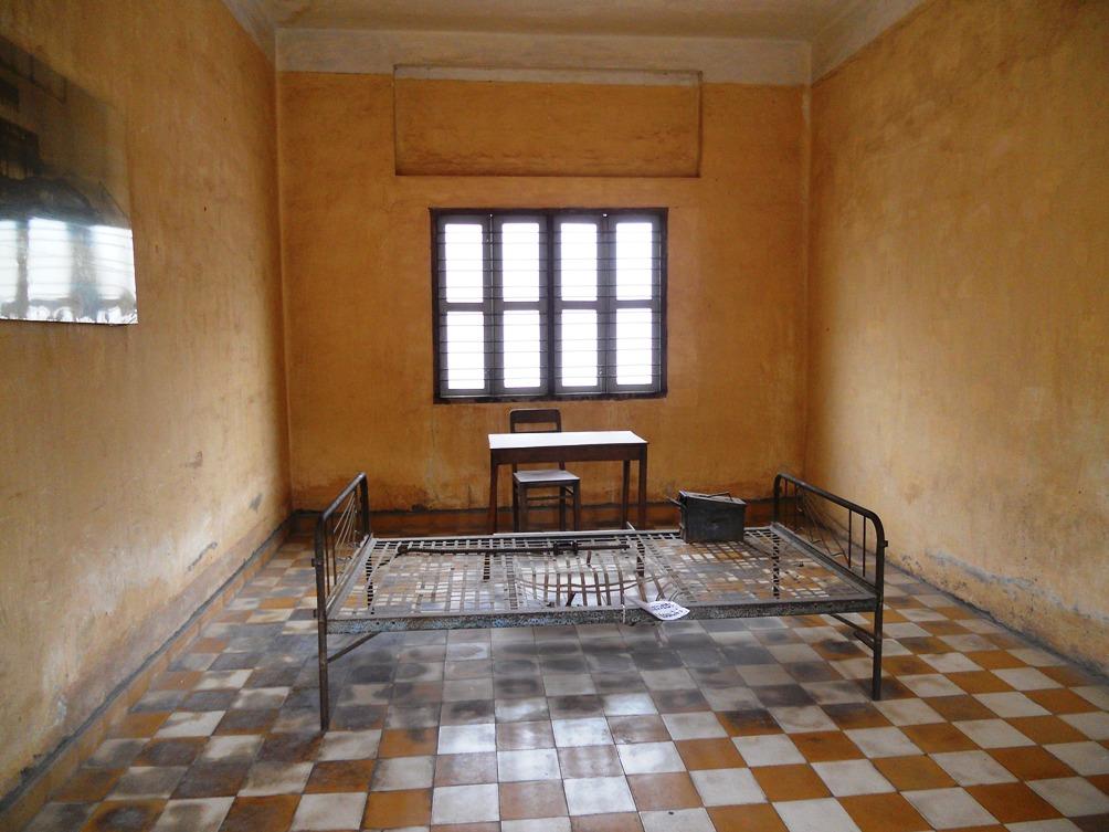 Het skelet van een stalen bed in een van de martelkamers van S-21. De bloedvlekken zitten nog op de vloer. (foto: Rixt de Boer)