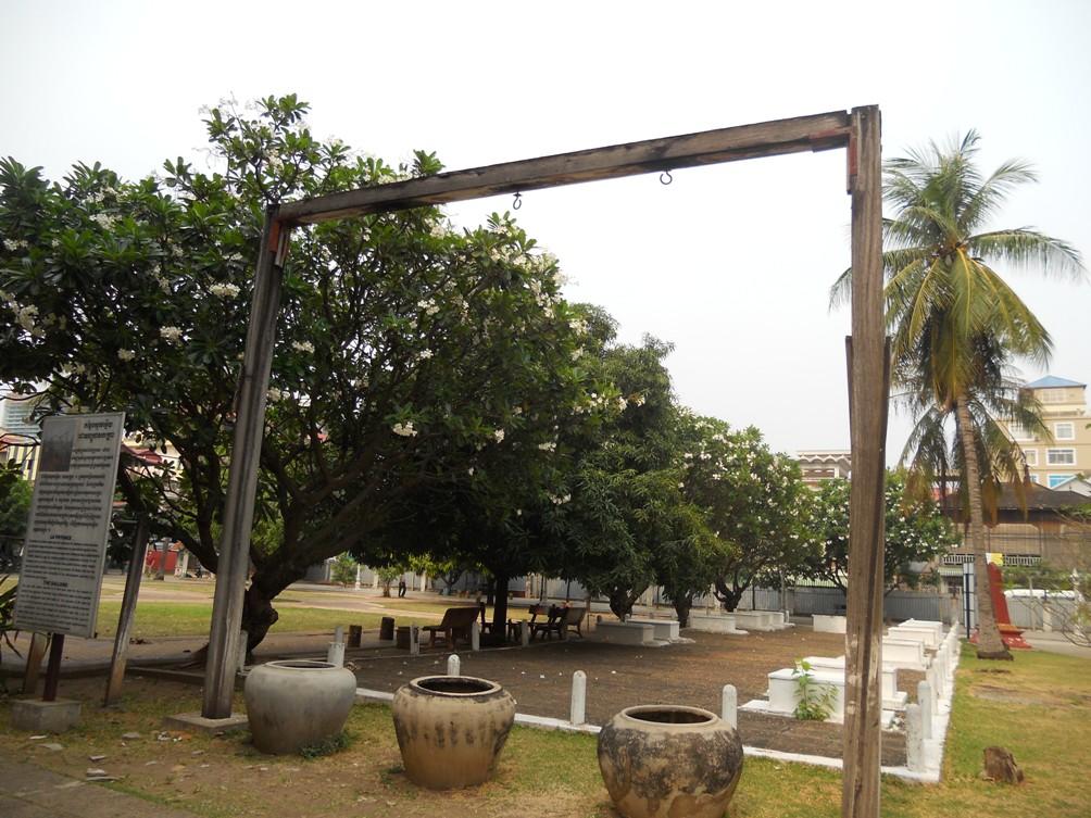 Een galg domineert het binnenplein van S-21. Vroeger was dit het speelplein van de school. (foto: Rixt de Boer)