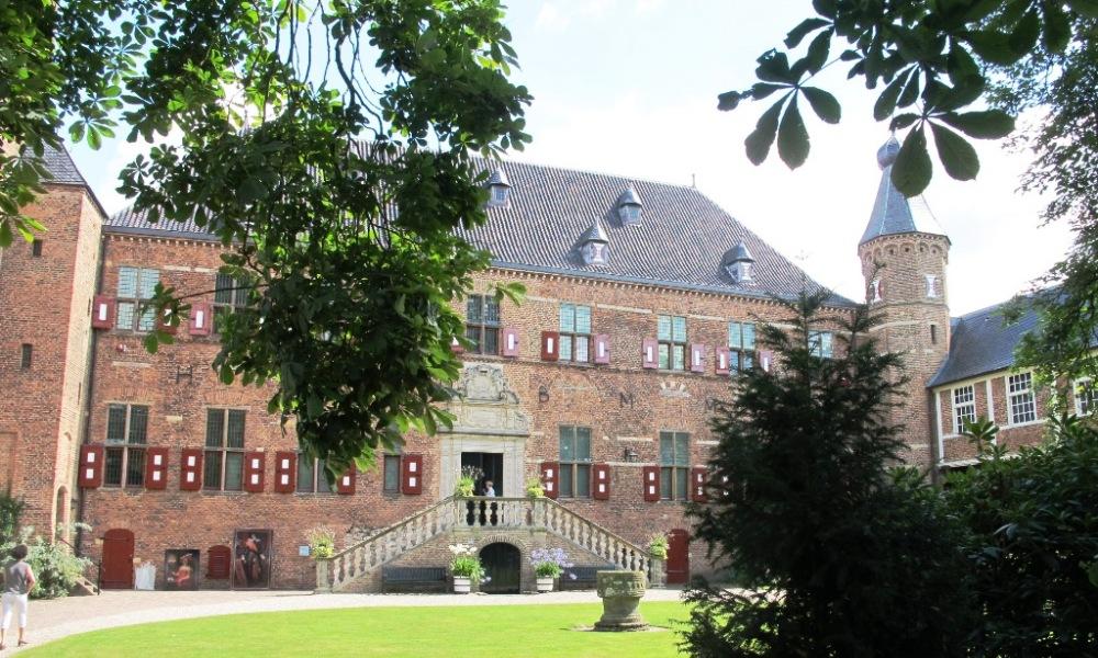 Binnenplaats van Huis Bergh.