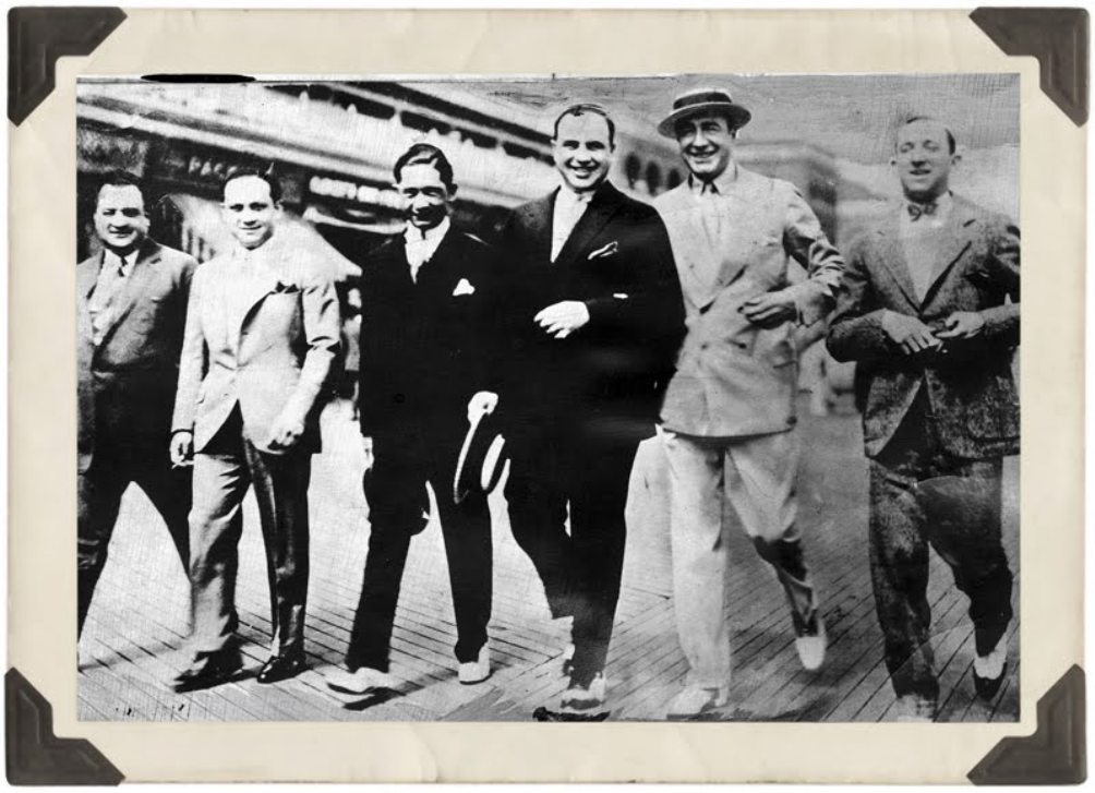 Van rechts naar links: Meyer Lansky, Nucky Johnson, Al Capone en nog drie gangstervrienden op de conferentie van 1929 in Atlantic City. (bron: The New York evening journal, 17 januari 1930)