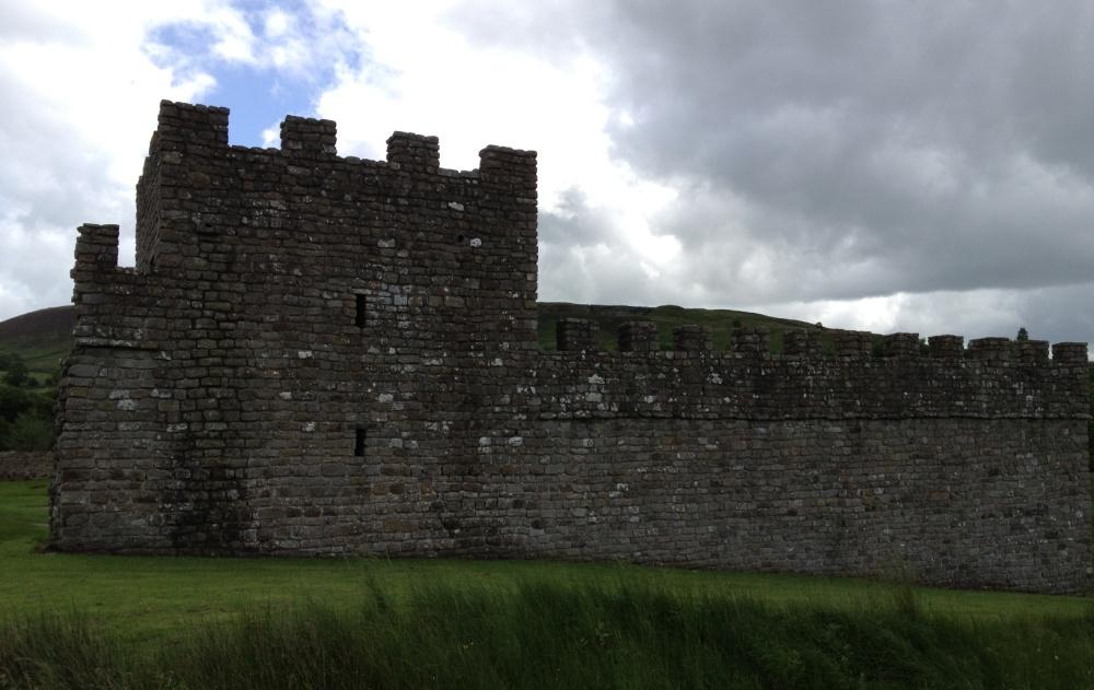 Bij het fort van Vindolanda zijn een toren en een stuk muur herbouwd.