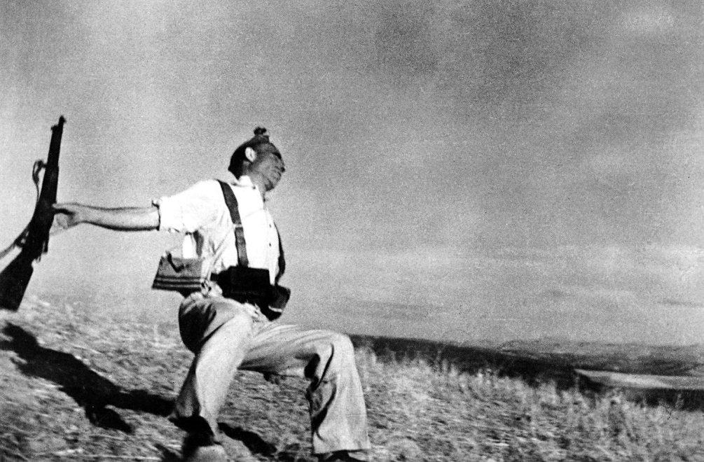 De bekendste foto van Robert Capa waarin hij de dood van een Spaanse soldaat vastlegt op het moment dat hij wordt neergeschoten tijdens de Spaanse Burgeroorlog