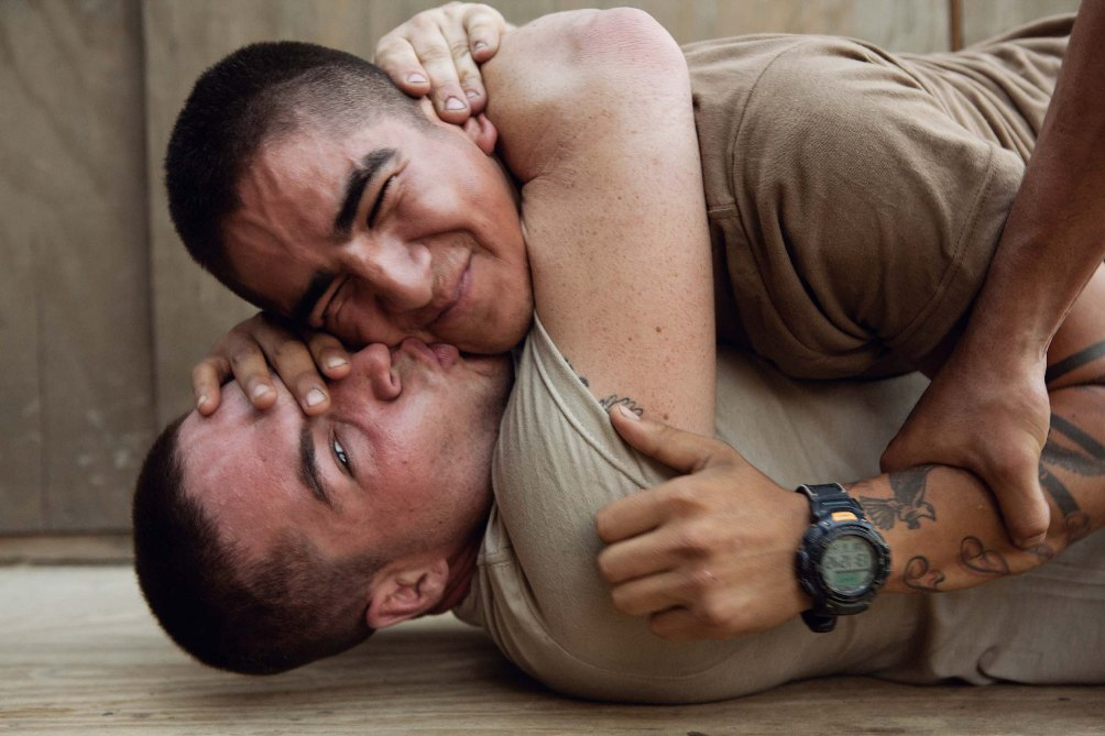 Twee stoeiende soldaten tijdens hun uitzending in Afghanistan, foto gemaakt door Tim Hetherington in 2008