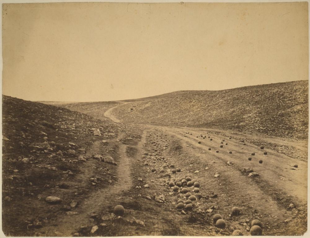 De beroemde foto van Roger Fenton van het slagveld tijdens de Krimoorlog, waarin goed de gestapelde kogels te zien zijn.