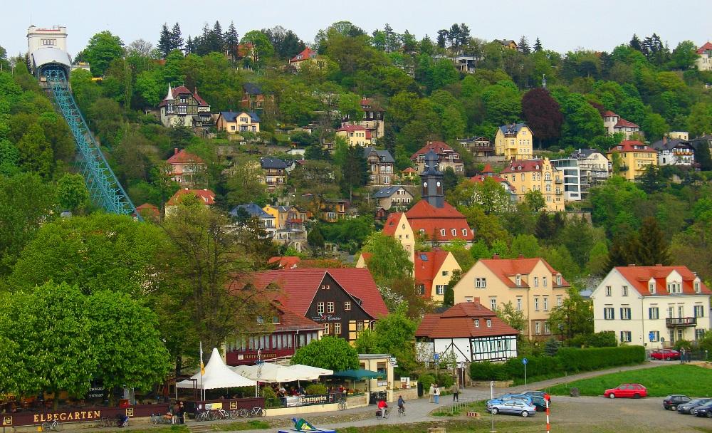 Uitzicht vanaf de Blaues Wunder-brug op de schilderachtige wijk Loschwitz in 2008. (Foto: Wikimedia)